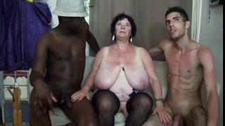 Geile Oma fickt privat mit zwei Kerlen