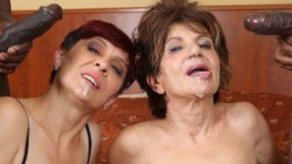 Lesbische Omas lecken sich die Mösen, werden gefickt und wollen Sperma schlucken.